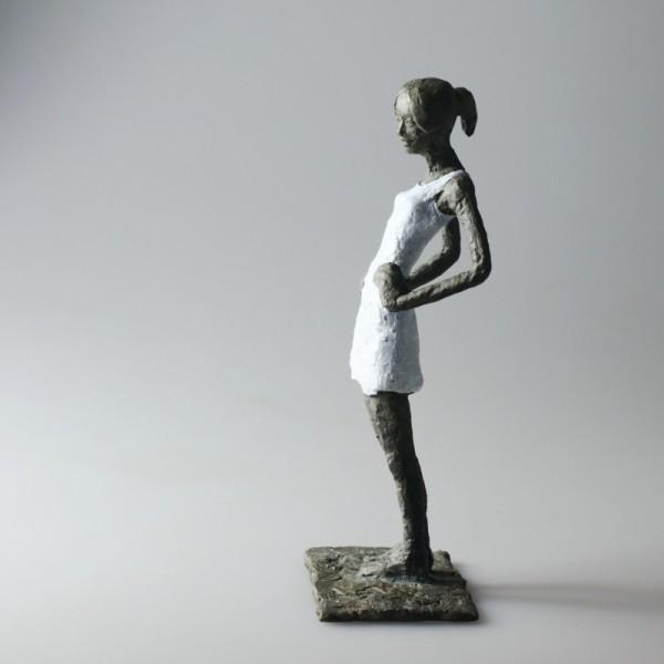 Susanne Kraißer | Mädchen mit Mini LIV, 2017 | Bronzeskulptur