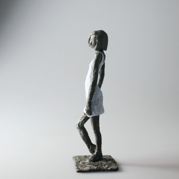Susanne Kraißer | Mädchen mit Mini LV, 2017 | Bronzeskulptur