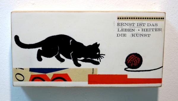 Kati Elm | ERNST IST DAS LEIBEN HEITER DIE KUNST (Katze mit Wollknäuel)
